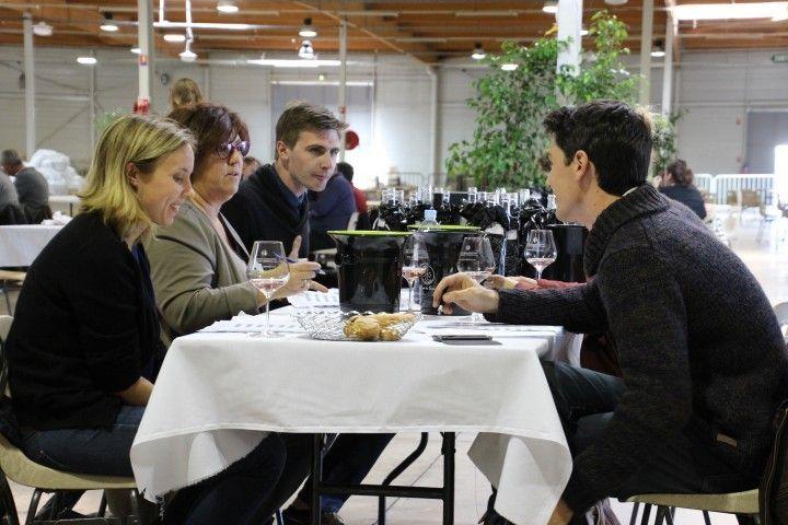 一桌五到六個人,從名單中選出2支酒。