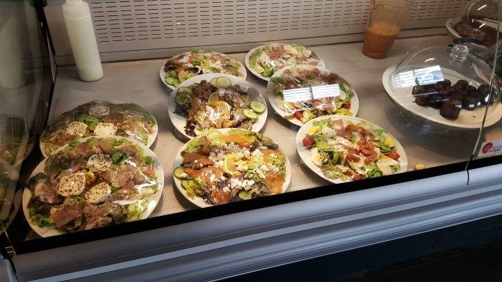 超大沙拉,有生菜、乳酪、火腿,看起來很適合運動後吃。