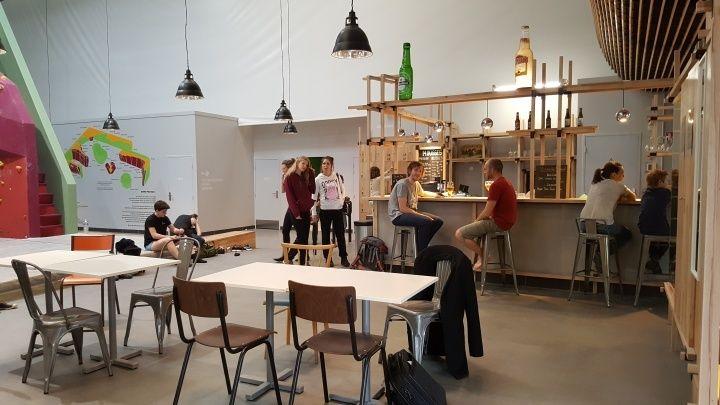 吧檯,有果汁、生啤酒、調酒可以選購。