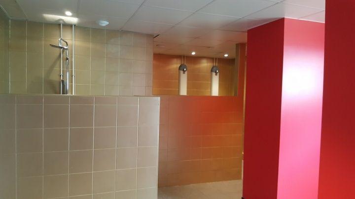 女生更衣室,開放式淋浴區。