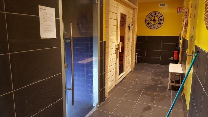 蒸氣室跟烤箱,在男女更衣室的中間,男女共用。需自備泳衣。