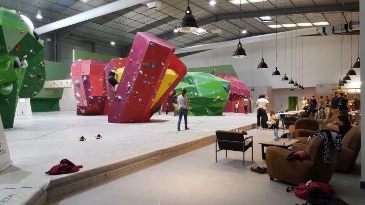岩館總面積1100平方米,岩牆旁還有多張沙發、桌椅可以休息。