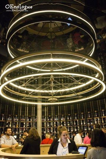 結帳台被葡萄酒牆環繞。