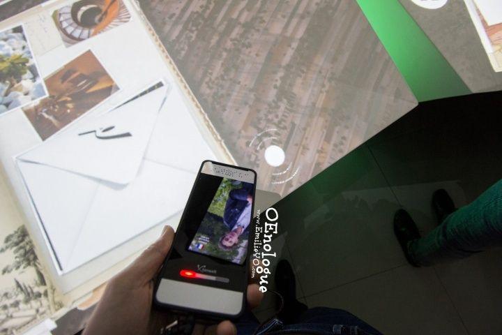 隨身導覽的大小形狀跟iPhon很像,導覽器感應到這個標記就會開始導覽。