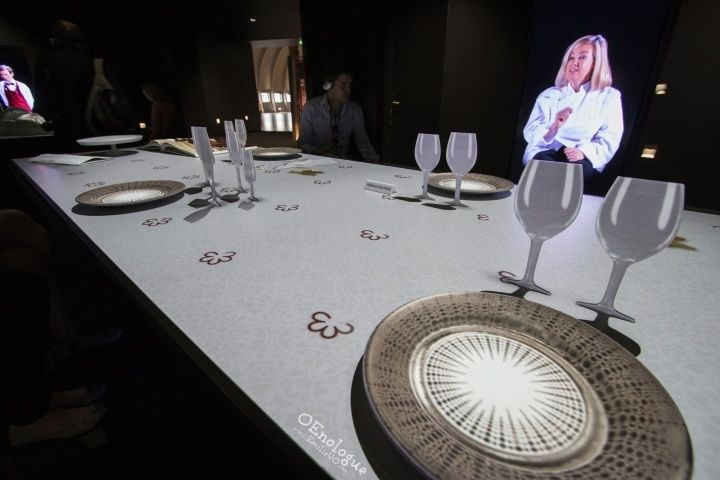 廚師對於餐酒搭配的看法,桌上的餐盤還會換上不同的菜色,看得我都餓了......