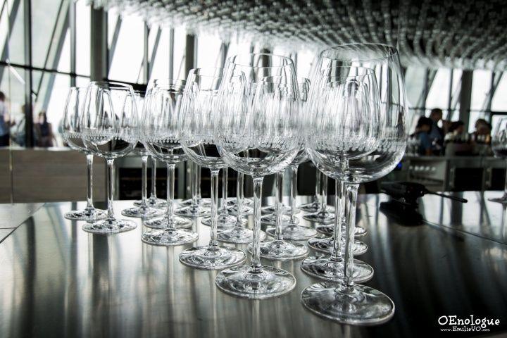 酒杯上清楚的標示了侍酒的容量高度。