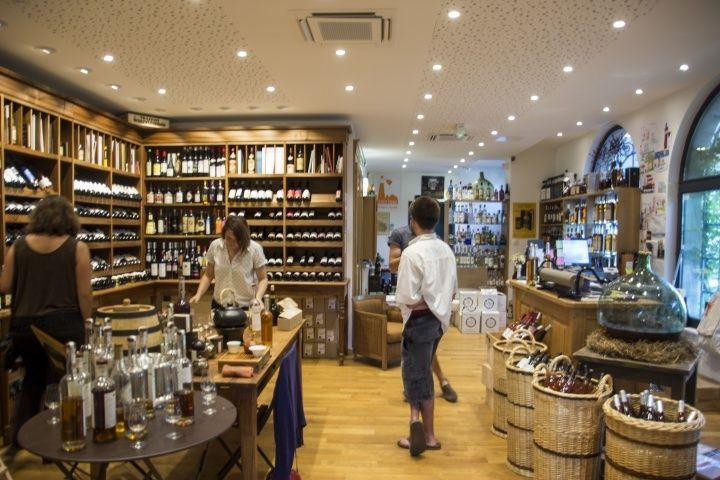 Grosperrin酒窖旁就是個酒專,裡面賣著琳瑯滿目,各式各樣的烈酒,看得我好生歡喜!其中當然也少不了台灣的威士忌啦~  葡萄酒的販賣則以有機、有機動力法的葡萄酒為主。