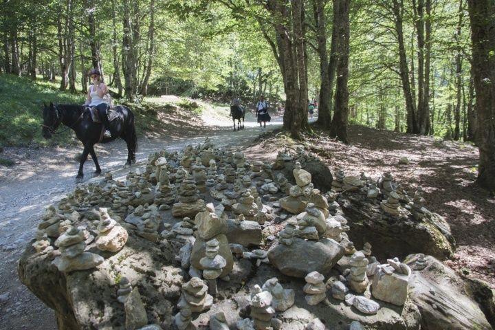 有人說,這些石頭堆得越高,許的願望越有可能實現。  在健行的路途上,石堆也常被用作路標指引。