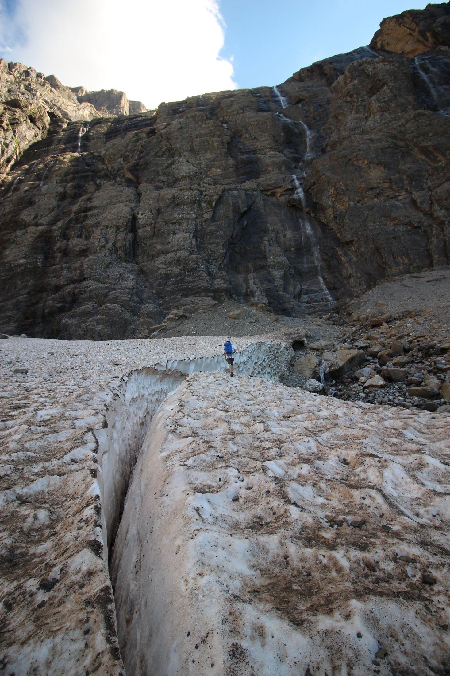 冰斗正下方,炎炎夏日仍沒融化的冰川。