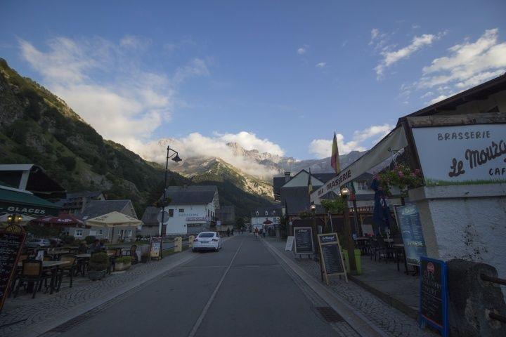 入山口的Gavarnie村莊往冰斗的方向看